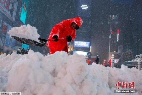當地時間3月14日,美國紐約遭遇暴風雪天氣,工人清理積雪。