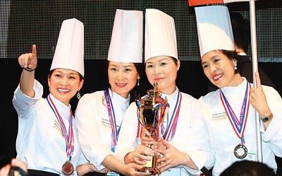 中國僑網2016年9月21日,在荷蘭舉行的第八屆中國烹飪世界大賽上,獲獎選手在領獎臺上慶祝。 新華社記者 龔兵 攝