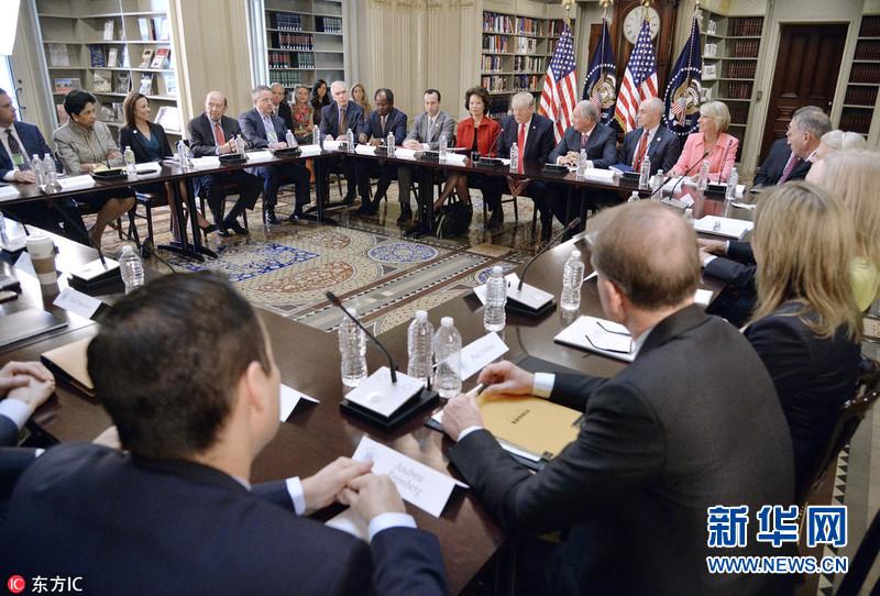 特朗普出席会议会见商界CEO 华裔部长赵小兰陪同参加(组图)