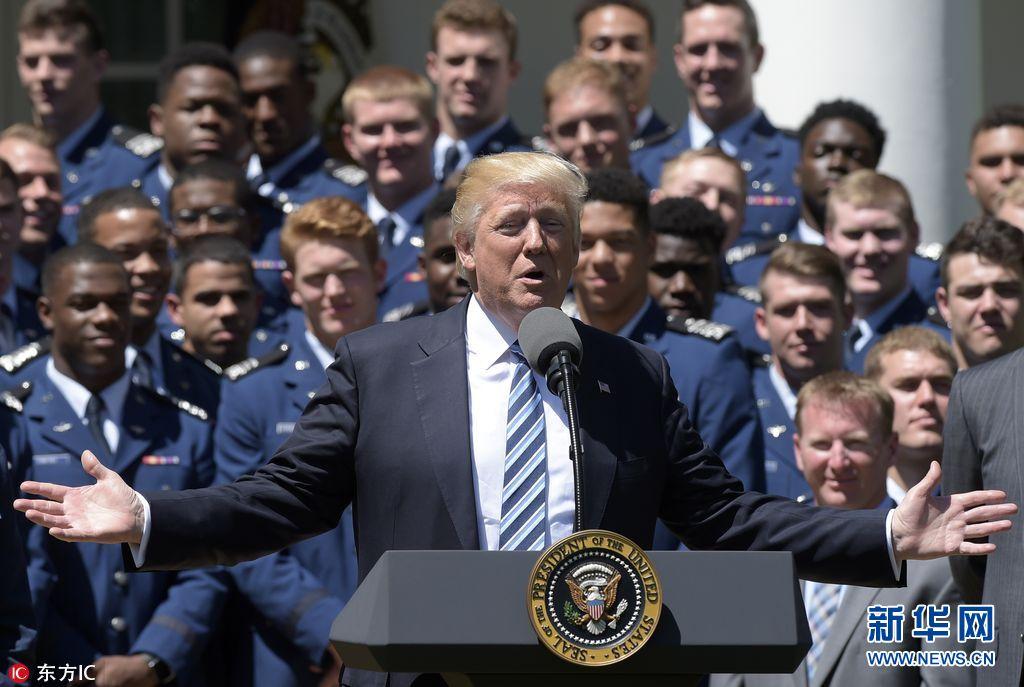 特朗普为空军学院橄榄球队颁奖 获赠球衣喜滋滋