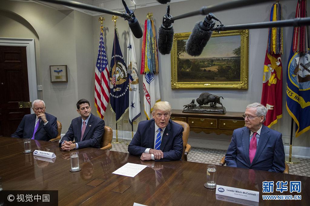 當地時間2017年9月5日,美國華盛頓,美國總統特朗普會見國會領導人和議員,討論稅收改革。***_***WASHINGTON, DC - SEPTEMBER 05:  US President Donald Trump (2-R), with Chairman of the Senate Finance Committee Orrin Hatch (L), Speaker of the House Paul Ryan (2-L) and Senate Majority Leader Mitch McConnell (R), delivers remarks during a meeting with members of Congress and his administration regarding tax reform in the Roosevelt Room of the White House on September 5, 2017 in Washington, DC.  (Photo by Shawn Thew-Pool/Getty Images)