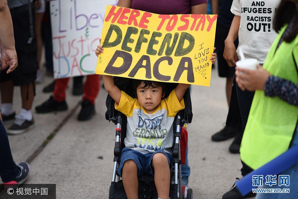 當地時間2017年9月10日,美國洛杉磯,民眾持續持續抗議特朗普政府終止DACA(童年入境暫緩遣返)計劃。***_***A young boy holds a sign during a protest September 10, 2017 in Los Angeles, California against efforts by the Trump administration to phase out DACA (Deferred Action for Childhood Arrivals), which provides protection from deportation for young immigrants brought into the US illegally by their parents Robyn Beck