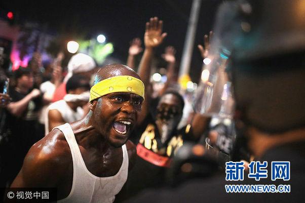 枪杀黑人警察被判无罪 美国一城市进行暴力抗议