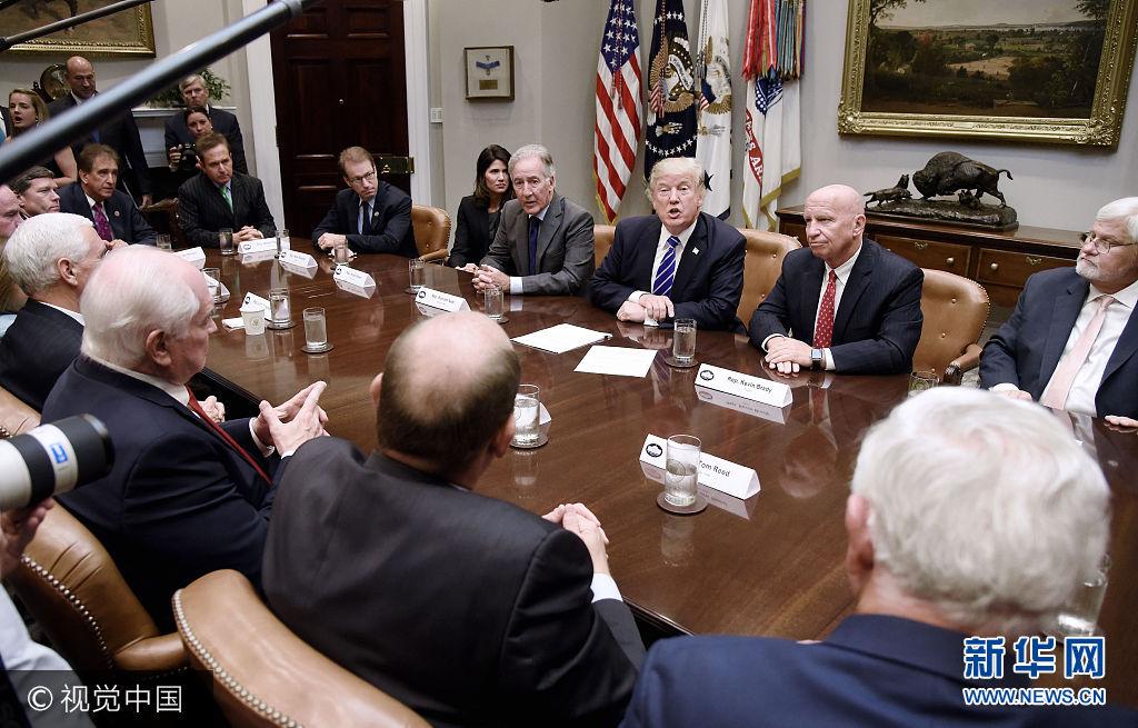 當地時間2017年9月26日,美國華盛頓,美國總統特朗普與眾議院籌款委員會主席凱文·布雷迪以及眾議院籌款委員會的其他成員舉行會議。大約兩周前,在閉門會議上,眾議院籌款委員會主席凱文·布雷迪曾告訴共和黨眾議員,將公布一份詳細的稅改框架,預計將會在9月的最後一周揭曉。今天最新的消息是,美國媒體報道,特朗普及共和黨領袖預定明天,即27日公布稅務改革架構。***_***U.S. President Donald Trump meets with bipartisan members of the House Committee on Ways and Means Committee in the Roosevelt Room of The White House in Washington, DC. on September 26, 2017.   Photo by Olivier Douliery/UPI Photo via Newscom