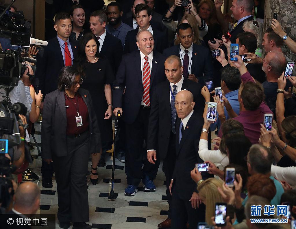 當地時間2017年9月28日,美國華盛頓,美國眾議院多數黨黨鞭斯卡利斯在遭到槍擊3個月後重返國會。此前他曾在6月14號的國會棒球賽訓練中遭槍手槍擊,身負重傷一度生命垂危。這是他三個月以來第一次重返國會,當他露出笑容時,人們用掌聲和歡呼迎接他的回歸。***_***WASHINGTON, DC - SEPTEMBER 28:  House Republican Whip Steve Scalise (R-LA) uses crutches after returning to the Capitol Hill for the first time after being shot in June at a congressional baseball team practice in Alexandria Virginia, on September 28, 2017 in Washington, DC.  (Photo by Mark Wilson/Getty Images)