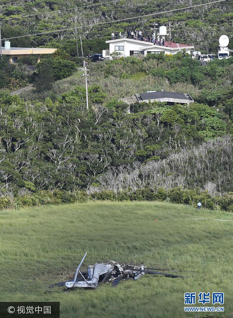 當地時間2017年10月12日,日本衝繩縣東村,美國一架CH-53E軍用直升機昨日起火緊急降落在北部訓練區附近的牧場。***_***Photo taken on Oct. 12, 2017, from a Kyodo News plane shows a wrecked U.S. CH-53E transport helicopter (front) that burst into flames the previous day near the military's training area in the northern part of Okinawa's main island. The site where the chopper made an emergency landing was only several hundred meters away from a residential area. (Kyodo) ==Kyodo (Photo by Kyodo News via Getty Images)