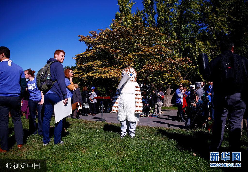 當地時間2017年10月17日,美國華盛頓,民主黨議員和環保組織的成員聚集國會外示威,抗議美國在北極進行石油鑽探。***_***Activists attend a protest against the legislation that would open Wilderness in Alaska to oil drilling on Capitol Hill in Washington, U.S. October 17, 2017. Eric Thayer
