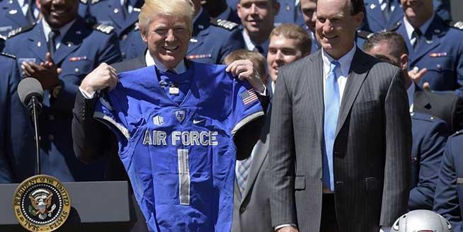 特朗普為空軍學院橄欖球隊頒獎 獲贈球衣喜滋滋