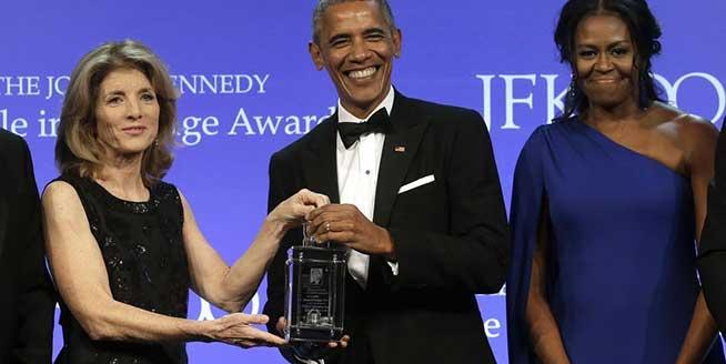奧巴馬獲肯尼迪勇氣獎喜笑顏開 妻子米歇爾斜肩長裙亮相