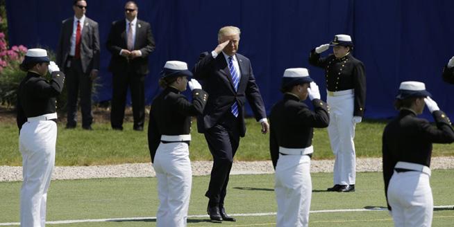 特朗普出席美國海岸警衛學院畢業典禮 並發表演講