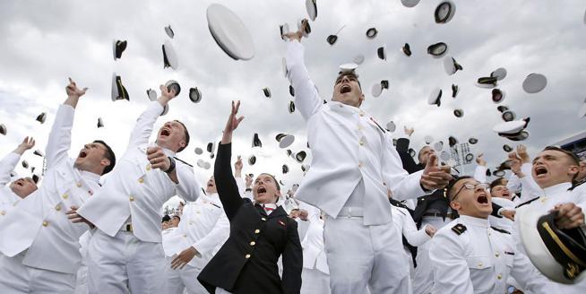 彭斯出席美國海軍學院畢業典禮 畢業生們狂歡慶祝
