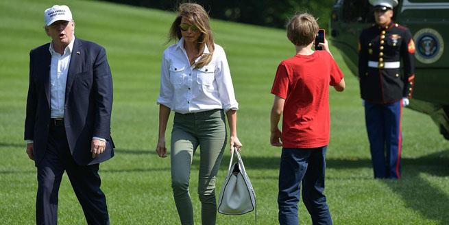 美總統一家返回白宮 特朗普戴遮陽帽小兒子忙拍照
