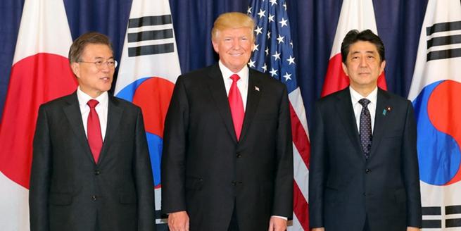 """韓美日三國領導人會晤共進晚餐 安倍文在寅""""一笑泯恩仇"""""""