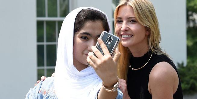 伊萬卡與遊覽白宮學生自拍合影 笑容滿面秀親民