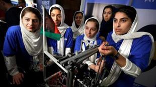 """阿富汗女孩赴美參加""""機器人奧運會"""""""