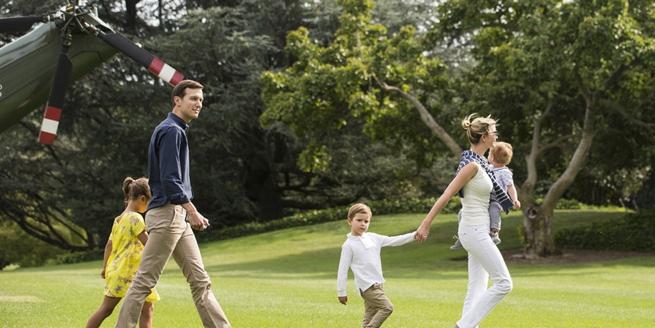 伊萬卡隨父親特朗普返回白宮 單手抱娃臂力驚人