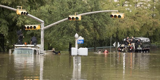 """颶風""""哈維""""肆虐數千人受困 救援人員背民眾過齊腰深洪水"""