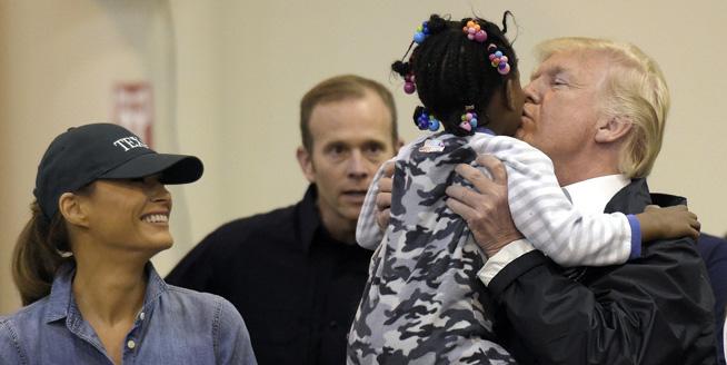 特朗普看望得州災民 親吻小孩有愛互動