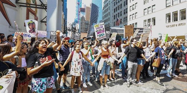 """紐約:示威者聚集特朗普大廈外抗議廢除""""追夢人""""計劃"""
