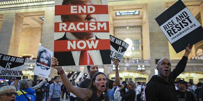 """紐約民眾舉行""""反白人種族主義""""集會 抗議總統特朗普"""