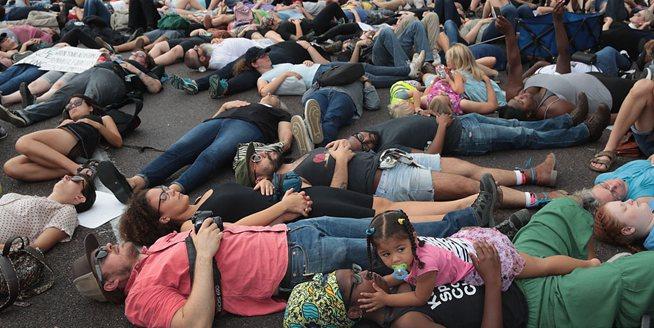 美白人警察槍殺黑人被判無罪 民眾橫躺街頭抗議