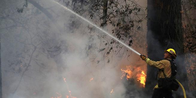 美國加州史上最致命山火已致40人死 10萬居民緊急撤離