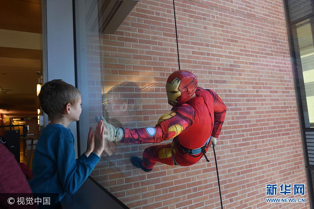 """美國警察化身""""超級英雄"""" 為病童送驚喜"""
