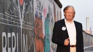 特朗普真人大小蠟像現身柏林街頭