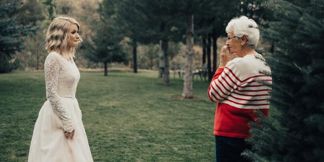 美國新娘穿奶奶55年前婚紗出嫁 奶奶驚喜落淚感動全場