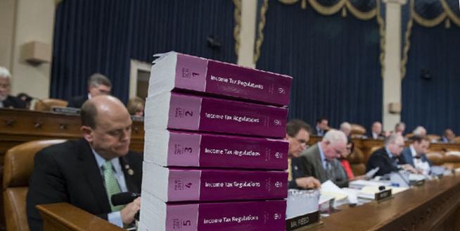 眾議院籌款委員會審議稅改法案 案前參考書堆積如山