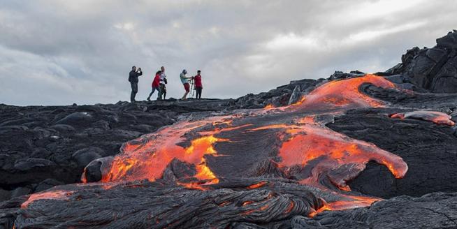 在美國夏威夷近距離觀光火山岩漿 感受火熱的藝術