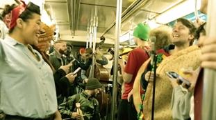 美國樂隊地鐵即興演唱《找個人來愛》