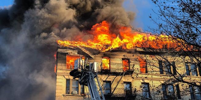 紐約曼哈頓大火 超200名消防員滅火