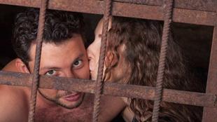 女友用接吻的方式給坐牢男友送毒品