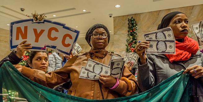 美國民眾手持火雞鈔票 抗議特朗普稅收政策