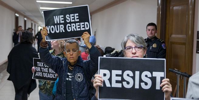 美國參議院對稅改法案進行審定 示威者國會抗議