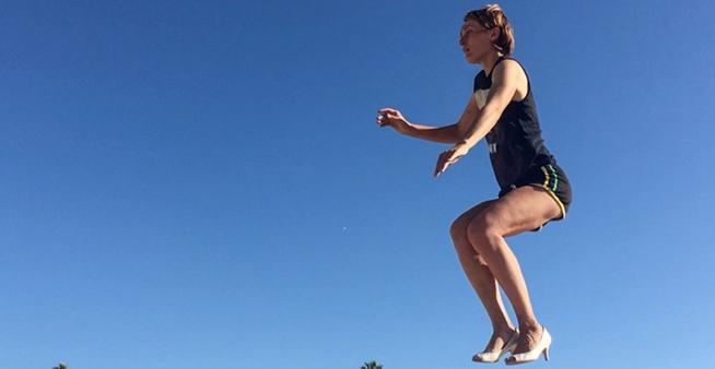 加州女子平衡力驚人 踩細高跟走鋼絲藝高人膽大