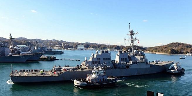 """美國受損導彈驅逐艦""""麥凱恩""""號返回橫須賀港維修"""
