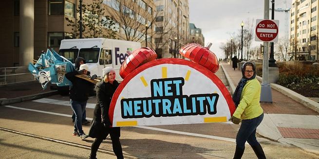 民眾抗議美國聯邦通信委員會表決廢除網絡中立法規