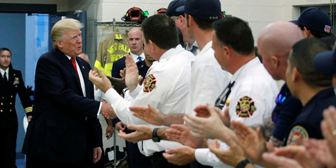 特朗普棕櫚灘休假不忘探班消防員