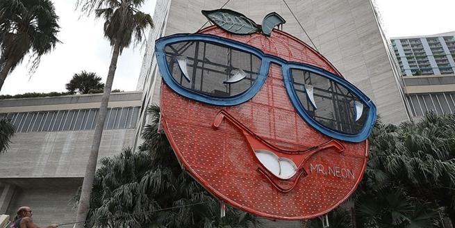 """美國邁阿密一酒店外挂10米寬""""大橙子""""迎新年"""