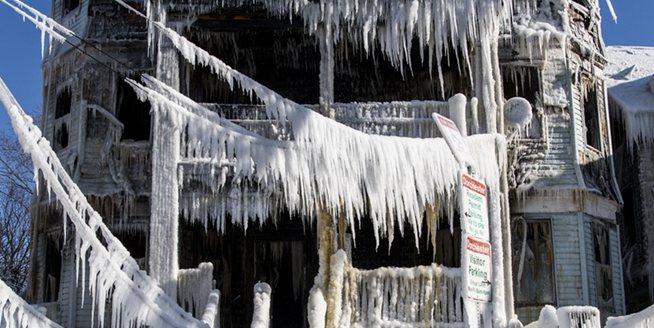 冰火兩重天 波士頓一樓房著火後又挂滿冰柱