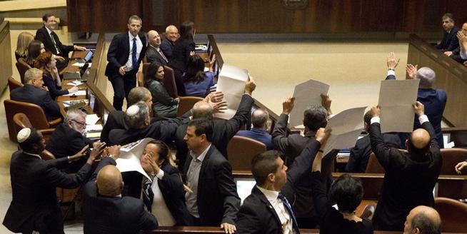 美副總統彭斯在以色列議會發表演講 遭示威者鬧場