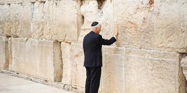 """美副總統彭斯造訪耶路撒冷 觸摸""""哭墻""""禱告"""