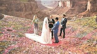 美情侶舉辦懸浮婚禮 場地你絕對想不到