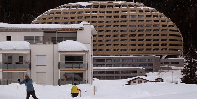 特朗普出席達沃斯論壇 警衛風雪中駐守其下榻酒店