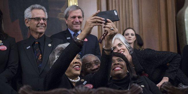 美民主黨議員將穿黑衣現身特朗普國情咨文演講 聲援反性侵組織