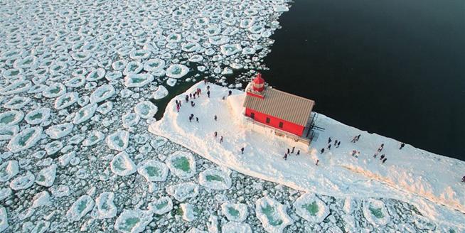 美國密歇根湖冰雪奇觀 滿湖巨大圓冰似荷葉