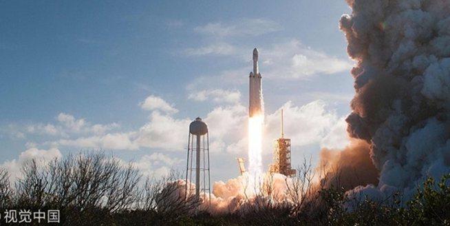 """重型運載火箭""""獵鷹重型""""把特斯拉跑車送上太空"""