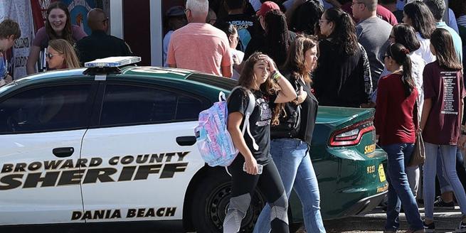 """佛州槍擊案中學復課 學生排隊返校""""情緒復雜"""""""